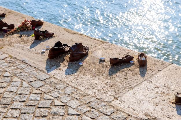 Schoenen op de donau, een monument voor de joden in de tweede wereldoorlog joodse herdenking boedapest, hongarije Premium Foto