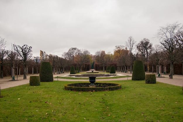 Schönbrunn-paleistuinen op een bewolkte dag Premium Foto