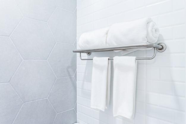 Schone handdoeken met hanger op de binnenlandse achtergrond van de muurbadkamers. Premium Foto