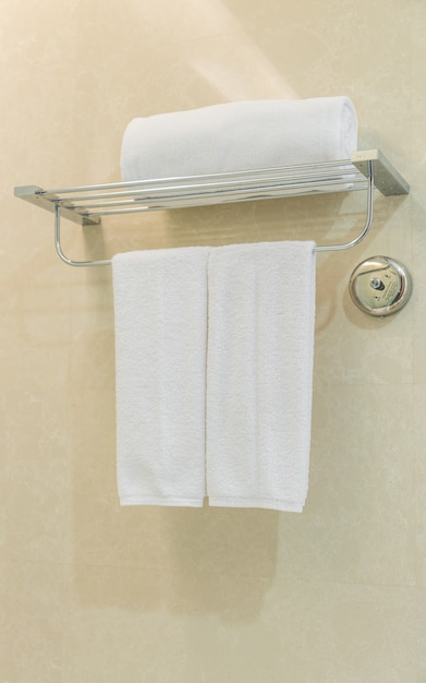 Schone witte handdoek op een hanger voorbereid in de badkamer. Foto ...