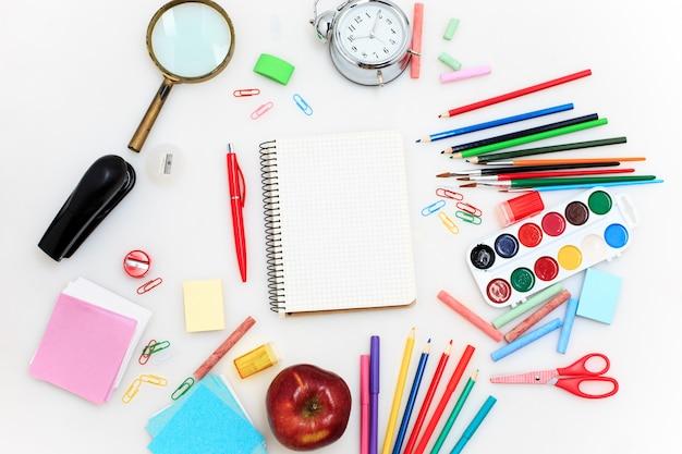 School die met notitieboekjes op witte achtergrond wordt geplaatst Gratis Foto