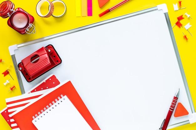 School kleurrijke kantoorbehoeften op gele achtergrond met copyspace. Gratis Foto