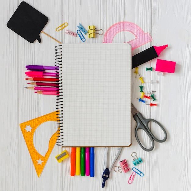School materialen op de tafel Gratis Foto