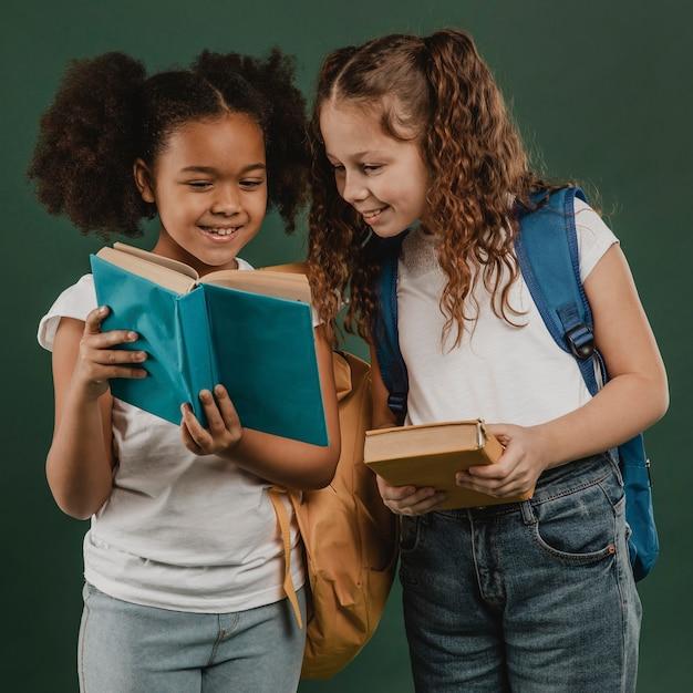 School vrouwelijke collega's lezen Premium Foto