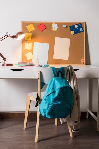 Schoolbenodigdheden in de kinderkamer Gratis Foto