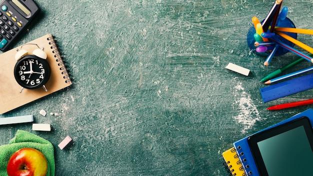 Schoolbenodigdheden op een schoolbord Premium Foto