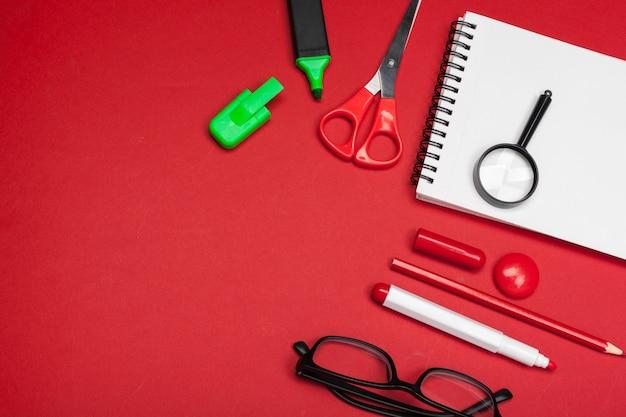 Schoolbenodigdheden op rood Premium Foto