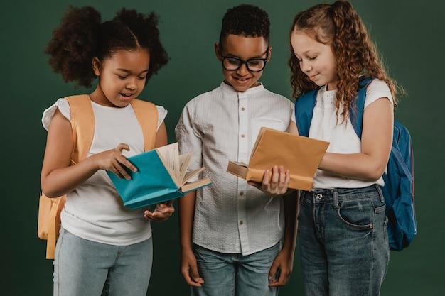 Schoolcollega's die samen boeken bekijken Gratis Foto