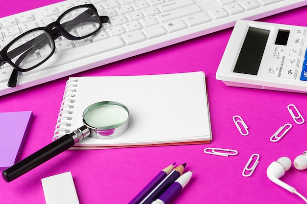Schoolkantoorbehoeften op een roze achtergrond. terug naar school creatieve benodigdheden Premium Foto