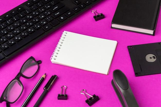 Schoolkantoorbehoeften op een roze. terug naar school creatieve benodigdheden Premium Foto