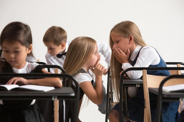 Schoolkinderen in de klas op les Gratis Foto