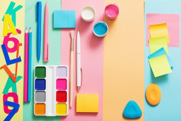 Schoollevering bij kleurrijke document textuur als achtergrond Premium Foto