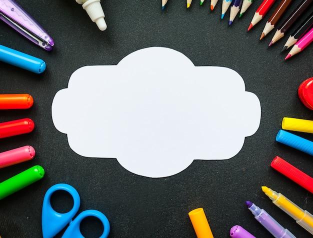 Schoollevering met lege witte nota of kaartachtergrond, hoogste mening Premium Foto