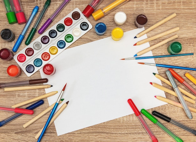 Schoollevering op een houten bureau met witboekachtergrond Premium Foto