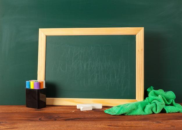Schoollevering op een houten lijst en een bord met copyspace Premium Foto