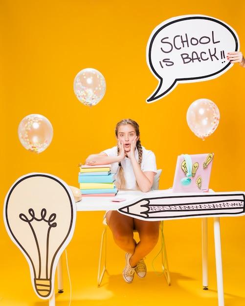 Schoolmeisje met tekstballon sjabloon Gratis Foto