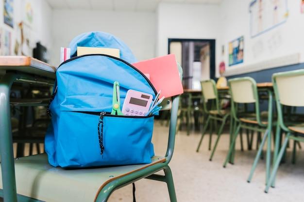 Schoolrugzak met levering op stoel Gratis Foto