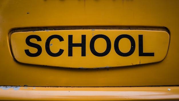 Schoolteken op geel Premium Foto