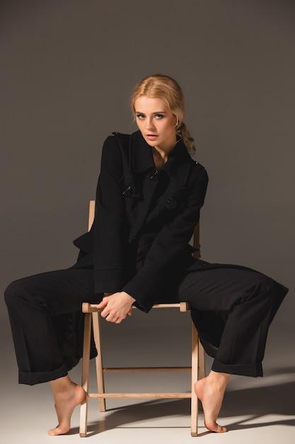 Schoonheid blonde vrouw op stoel Gratis Foto