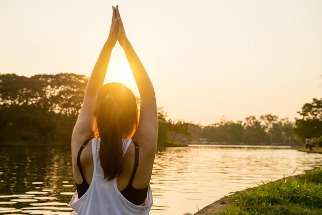 Schoonheid de hand zonsopgang mediteren ontspannen Gratis Foto