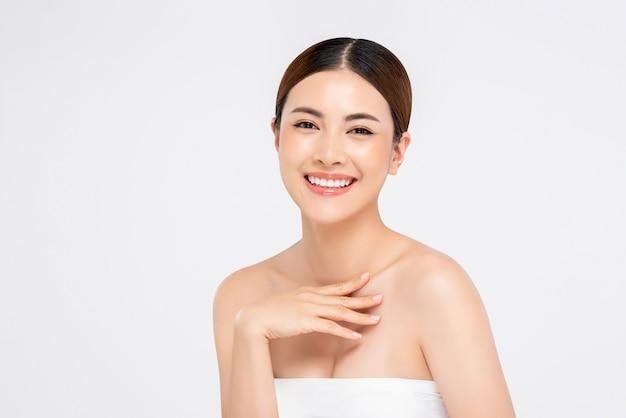Schoonheid die van jeugdige heldere huid is ontsproten die vrij aziatische vrouw glimlacht Premium Foto