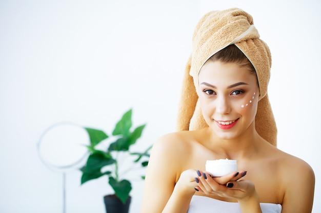 Schoonheid en verzorging, portret van meisje met handdoek op hoofd Premium Foto