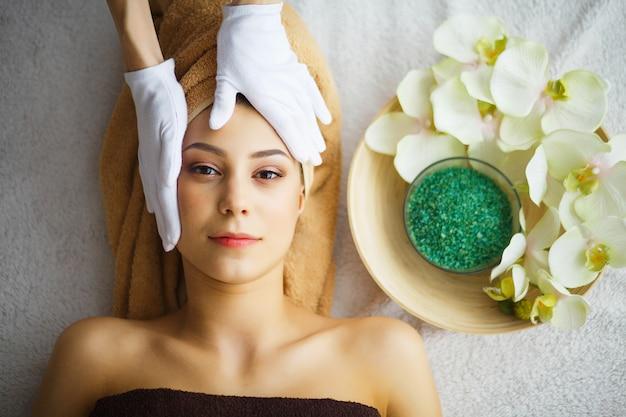 Schoonheid en verzorging, schoonheidsspecialist maakt gezichtsmassage Premium Foto