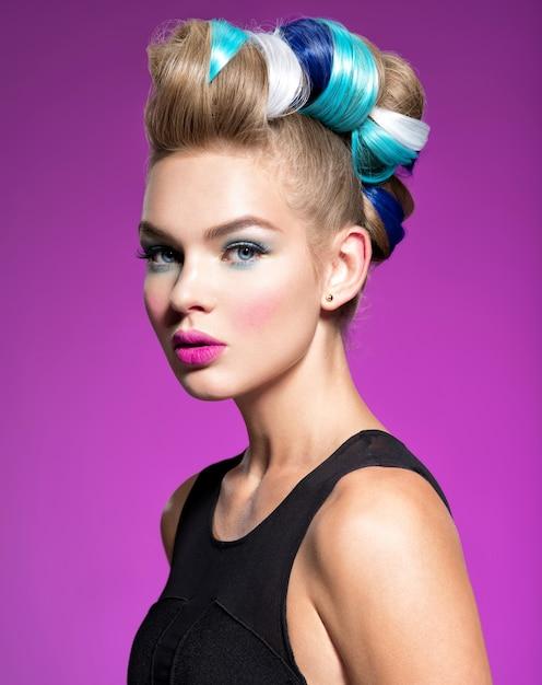 Schoonheid fashion model meisje met ðolorful geverfd haar. meisje met blauwe make-up en kapsel. blauwe make-up. studio. Gratis Foto