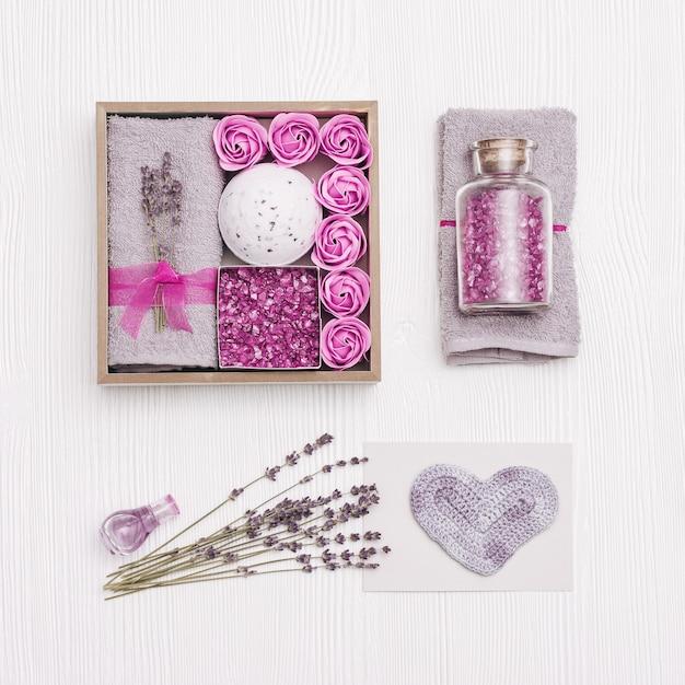 Schoonheid geschenkdoos. spa relax huis met lavendelbloemen en lavendelolie, badbom, zeezout, badrozen Premium Foto