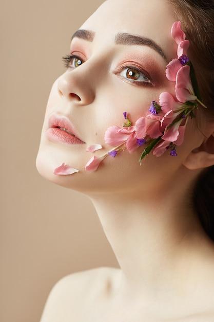 Schoonheid gezicht professionele make-up, cosmetica bloem Premium Foto
