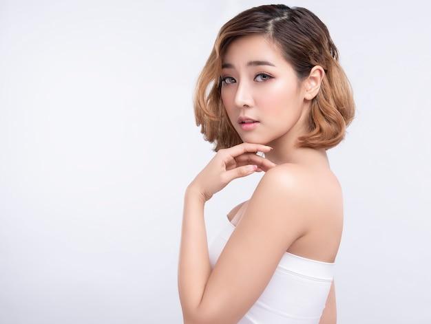 Schoonheid jonge aziatische vrouw met perfecte gezichtshuid Premium Foto