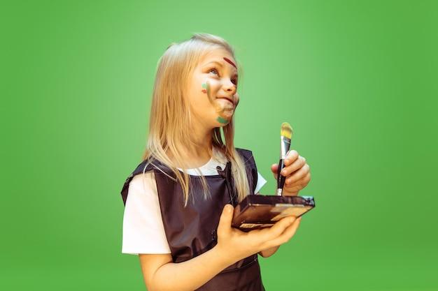 Schoonheid. meisje droomt van beroep van visagist. jeugd, planning, onderwijs en droomconcept. Gratis Foto