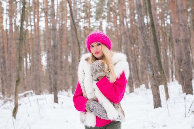 Schoonheid, mode, mensen concept - aantrekkelijke blonde vrouw wandelen in roze hoed en truien in de winter Premium Foto