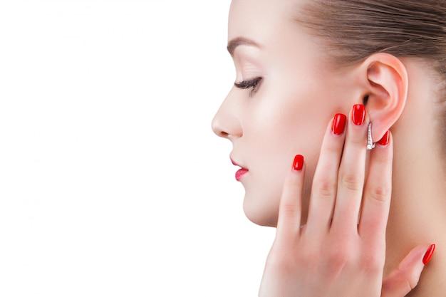Schoonheid portret. jonge mooie blonde vrouw. aantrekkelijke vrouw op wit. lady toont make-up Premium Foto