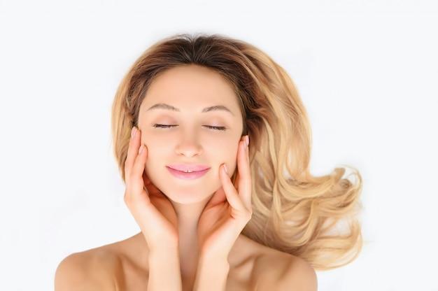 Schoonheid vrouw gezonde huid zorg cosmetische concept. vrouwelijk gezicht portret geïsoleerd. Premium Foto