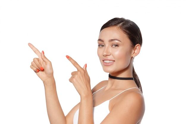 Schoonheid vrouw portret. beautiful spa meisje dat lege exemplaarruimte toont Premium Foto