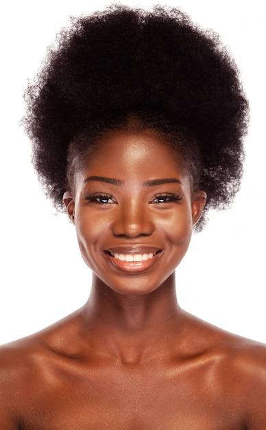 Schoonheid zwart model met een afro-kapsel dat gelukkig glimlacht Premium Foto