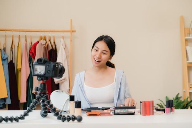 Schoonheids blogger huidig schoonheidsschoonheidsmiddelen die vooraan camera voor opnamevideo zitten. Gratis Foto