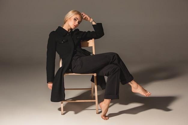 Schoonheids blonde vrouw op stoel Gratis Foto