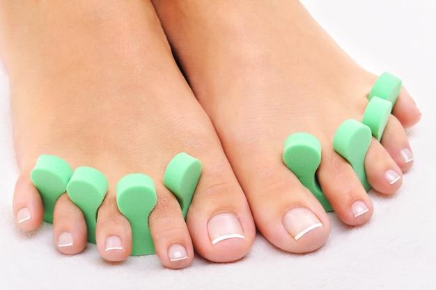 Schoonheidsbehandeling foto van mooie voeten pedicure toe te passen Gratis Foto
