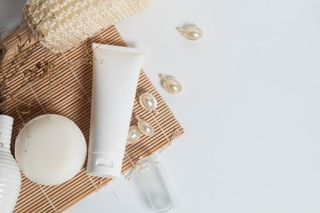 Schoonheidsbehandeling medische huidverzorging en cosmetische lotion crème serum olie fles verpakking product op wit Premium Foto