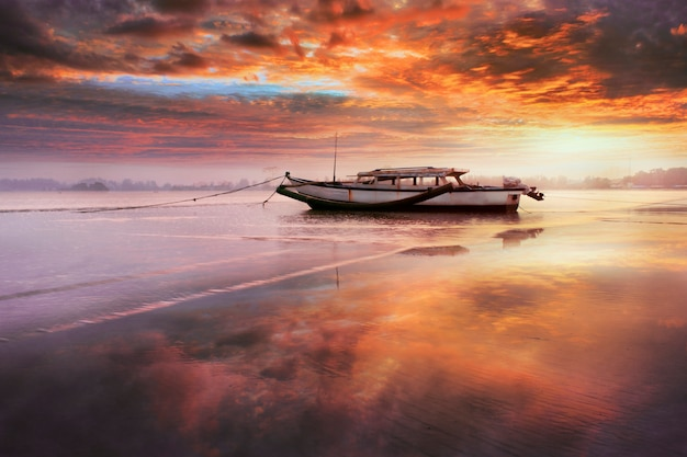 Schoonheidsboot in de ochtend met verbazingwekkende hemelzonsopgang Premium Foto