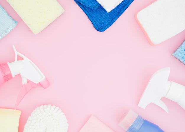 Schoonheidsmiddelenvoorraden met exemplaarruimte op roze achtergrond Gratis Foto