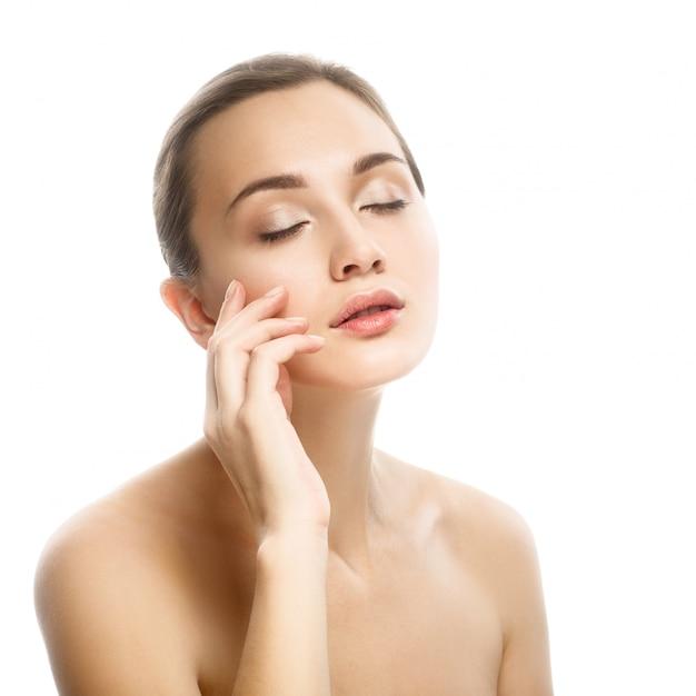 Schoonheidsportret, mooie vrouw wat betreft haar gezicht. Premium Foto