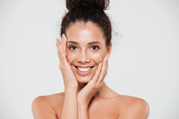 Schoonheidsportret van een glimlachende gelukkige vrouw Gratis Foto