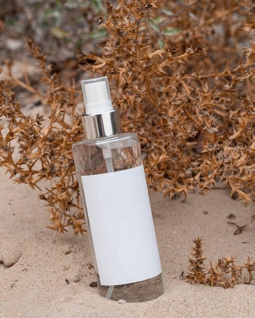 Schoonheidsproduct arrangement in zand Premium Foto