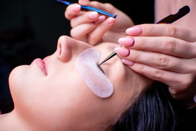 Schoonheidssalon, wimper uitbreiding procedure close-up Premium Foto