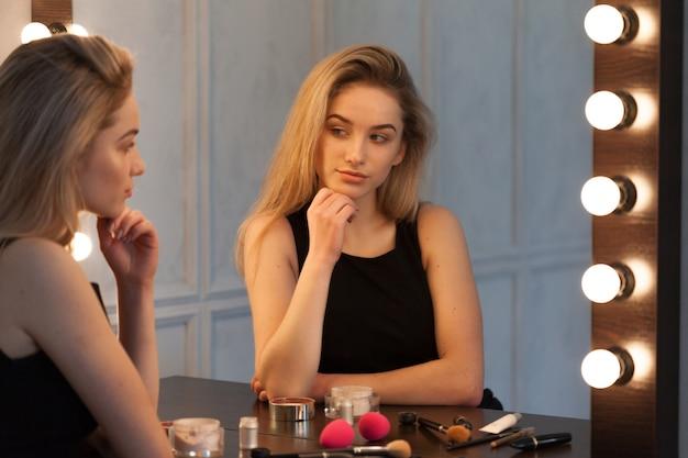 Schoonheidsvrouw die make-up toepassen Premium Foto