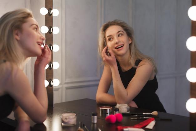 Schoonheidsvrouw die make-up toepast Premium Foto