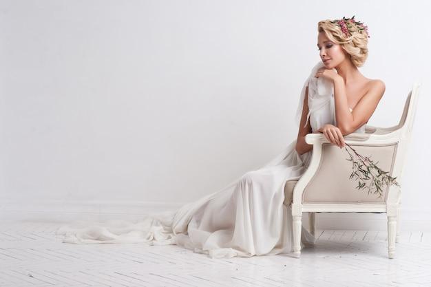 Schoonheidsvrouw met huwelijkskapsel en make-up. bruid mode. Premium Foto